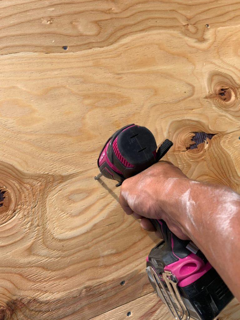 野地板を貼る作業