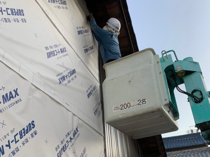 ガルバリウム鋼板外壁材張り作業