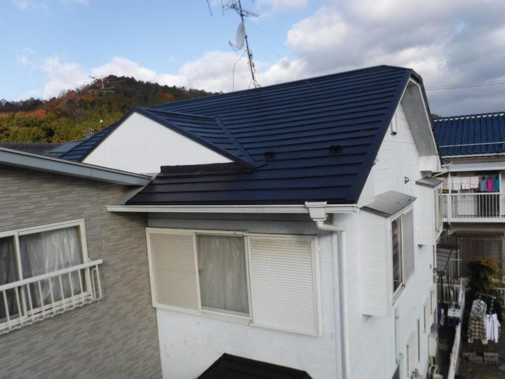 壁紙にシミができてしまった…なんと雨漏り。助けを求めてお問い合わせいただきました、岐阜市在中のN様。防水施工し、屋根に金属カバーを張り付け、見違えるようにキレイな屋根になりました!