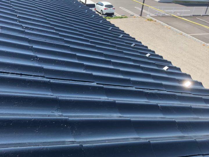 各務原市在住のK様。前回の屋根塗装後10年経過した屋根がボロボロの状態でご相談いただき、K様のご都合に合わせたプランをご提供させていただきました。