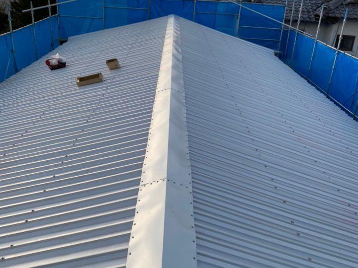 各務原市M様 豪雨だと屋根の1箇所から雨漏りが!もともとのスレート屋根(波板)に新しい屋根材を被せるカバー工法で施工をお願いしました。