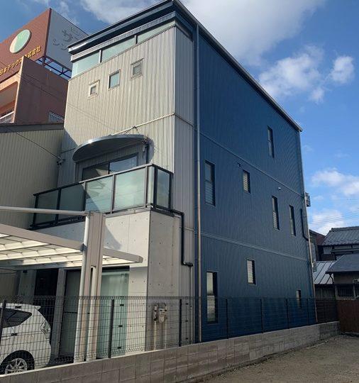 岐阜市N様 築20年の3階建てでALC部分の外壁金属カバーをお願いしました。ALC部分の外壁カバーと一緒にベランダもやってもらいました。